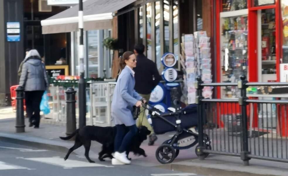 Pippa Middleton, avec son fils Arthur et ses deux chiens, dans les rues de Londres, le 25 mars 2019