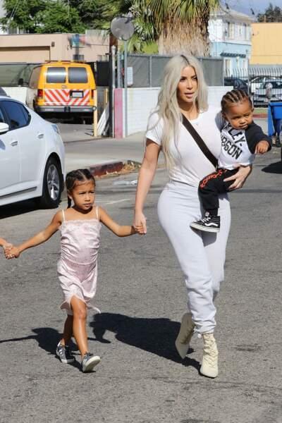 North West, la fille de Kim Kardashian, cette fois avec deux longues tresses