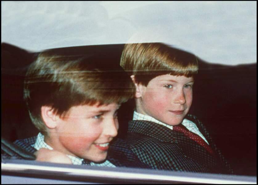 Le prince Harry et son grand frère William à bord d'une voiture à Londres, en 1994