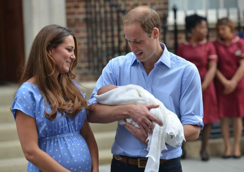 Le prince William et la duchesse de Cambridge Kate Middleton, présentent leur fils George le 23 juillet 2013