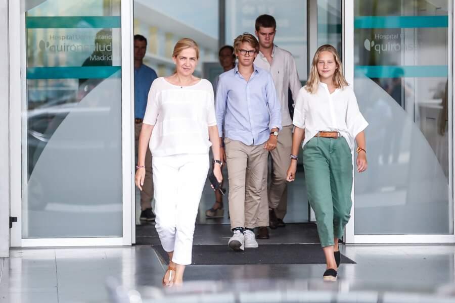 Cristina de Bourbon et ses enfants, Juan, Pablo et Irene Urdangarin, rendent visitent à Juan Carlo, le 26 août.