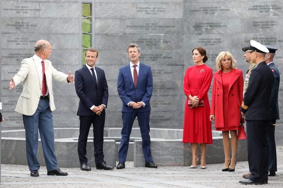 Brigitte Macron en total look Louis Vuitton et La princesse Mary de Danemark totalement assorties en rouge