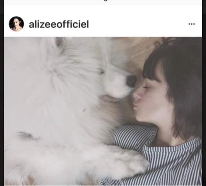 Annily, la fille d'Alizée avec Jonsnow le chien de la famille