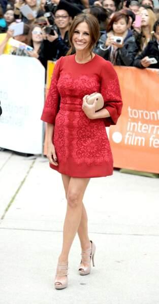 """Sublime en robe mini rouge, à la première de """"Un été à Osage County"""" au Festival de Toronto 2013"""