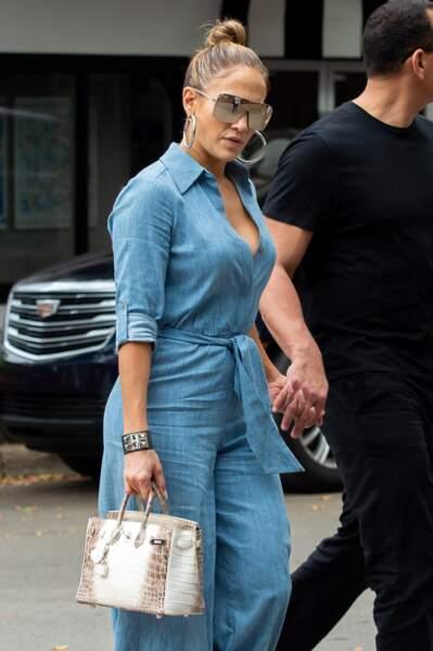 Jennifer Lopez et son sac Hermès en croco d'une valeur de 235 000 euros, à Miami, le 20 avril 2019.