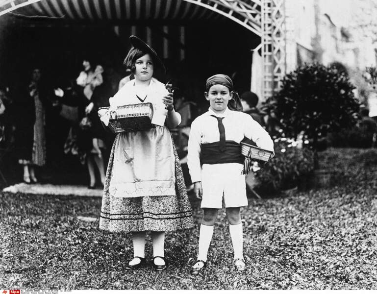 Leur grand-père, le prince Rainier III avec sa soeur Antoinette, en costume traditionnel (mars 1930)