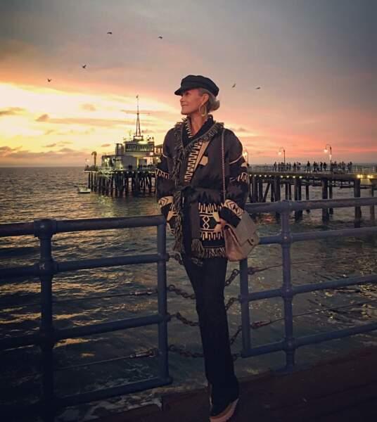 Laeticia Hallyday avec une casquette de marin et une veste ceinturée à franges à Santa Monica en décembre 2016