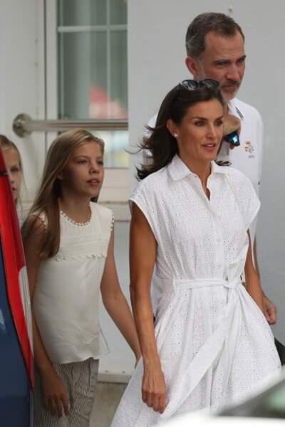 letizia d'Espagne chic même en vacances avec sa jolie robe blanche