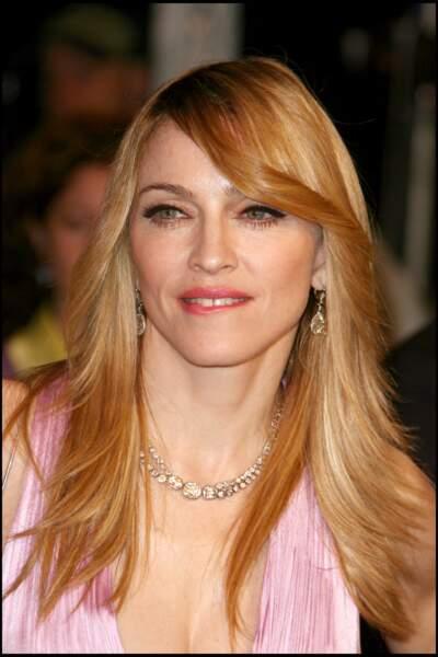 Madonna, et ses cheveux longs blonds cuivrés avec une large mèche sur le front, aux Oscars en 2006