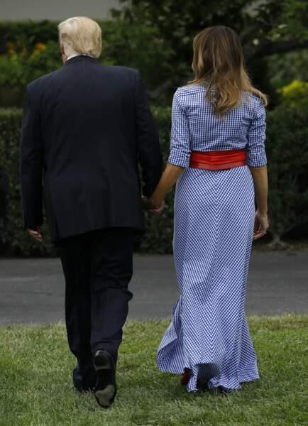 Donald et Melania Trump, main dans la main sur la pelouse de la Maison Blanche le 4 juillet 2018