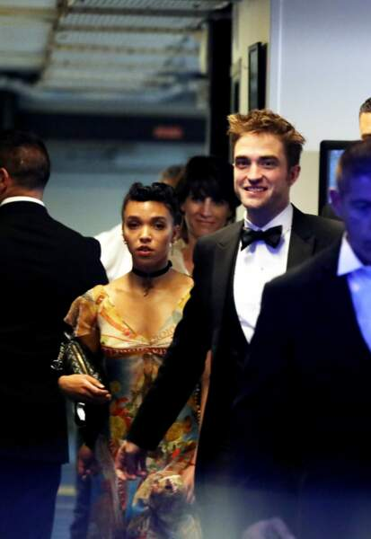 """Robert Pattinson et FKA twigs lors de la descente des marches du film """"Good Time"""" le 25 mai 2017"""