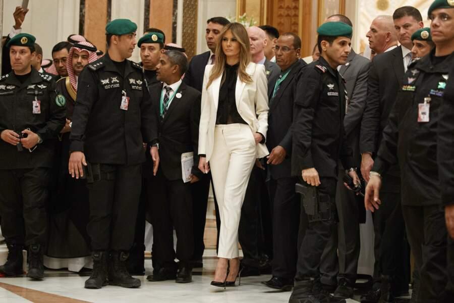 Mai 2017: tailleur-pantalon crème Dolce & Gabbana, moins conventionnel qu'il n'y paraît, à Riyad en Arabie Saoudite