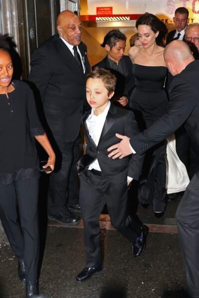 Ses enfants Knox, Shiloh, Zahara et Pax entouraient la star Angelina Jolie lors de cette élégante soirée