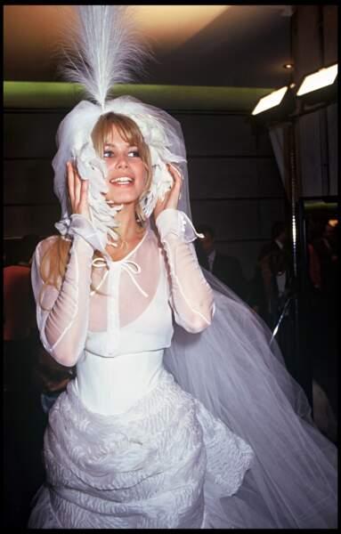 En cette même année, Claudia Schiffer défile pour Chanel à Paris