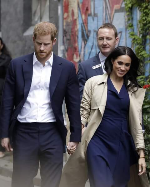 Meghan Markle, enceinte, est radieuse, dans sa robe bleue Dion Lee et son trench crème.