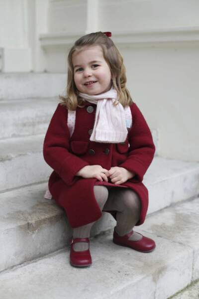 La princesse Charlotte ultra craquante avec son manteau et son cartable rose