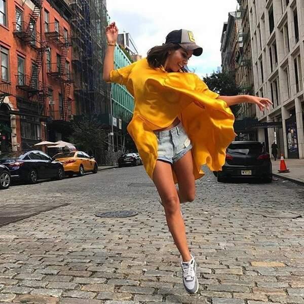 Reem Kherici fidèle à OUD Paris, ici en robe-tunique légère et stylée dans les rues de New-York.