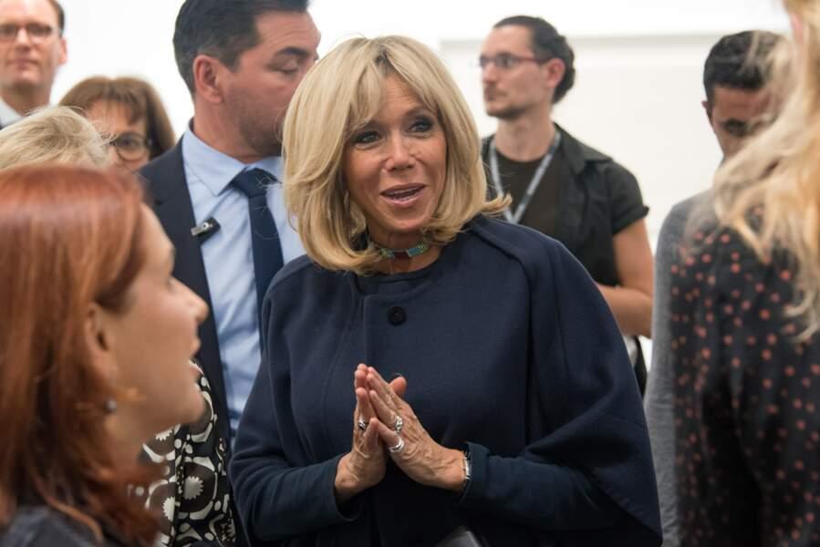 Brigitte Macron, tout sourire à la FIAC