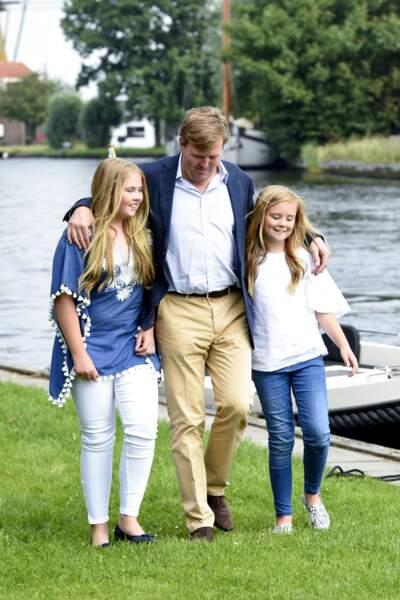 La princesse héritière Amalia et sa cadette Ariane , aux côtés de leur père, le roi Willem Alexander des Pays-Bas