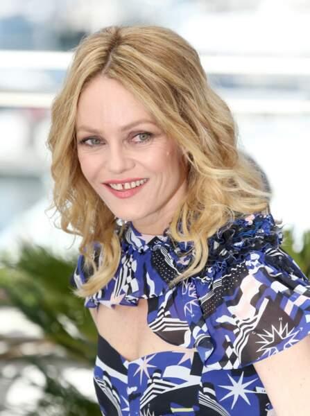 Cheveux blonds lâchés, pomette rosées, Vanessa Paradis radieuse à Cannes