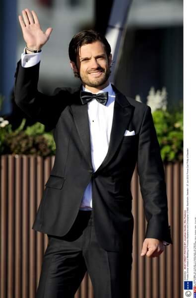 Silhouette athlétique, le pas pressé, en smoking Carl-Philip a des faux-airs de James Bond