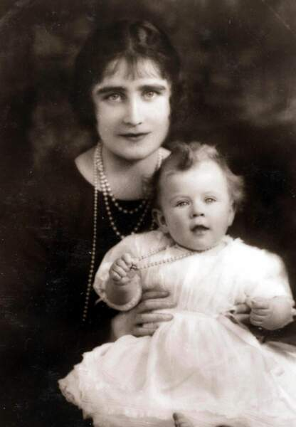 La future Reine Elisabeth dans les bras de sa mère