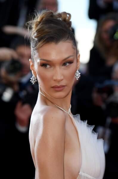 Focus sur la robe Haute Couture Dior de Bella Hadid lors de la montée des marches du Festival de Cannes 2019.