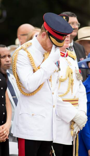 Le prince Harry dépose une couronne au monument de guerre de l'ANZAC à Sydney, le 20 octobre 2018