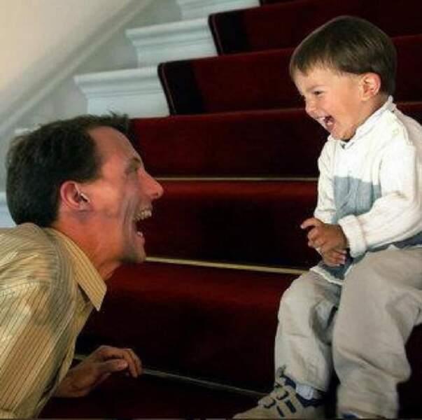 Devant Nikolaï mort de rire, le prince Joachim, un jeune papa qui prend son rôle très au sérieux !