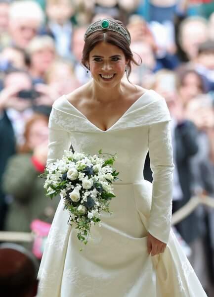 Princess Eugénie radieuse dans sa sublime robe de mariée au décolleté en V dans le dos