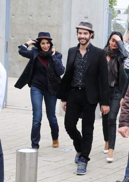 Le couple de comédiens Tahar Rahim et Leïla Bekhti se promène dans les rues de Lyon en 2013.