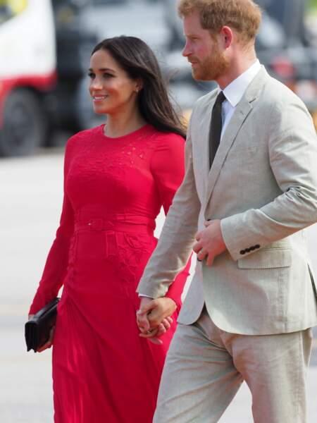Meghan Markle flmaboyante dans sa robe rouge dotée de dentelle Selfportait.