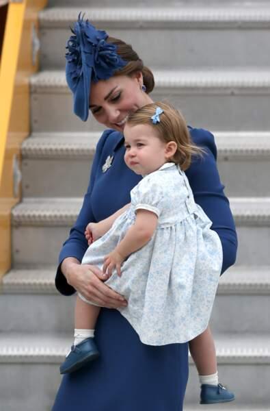 Dégradé de bleu pour Kate (en robe Jenny Packham) et Charlotte à l'aéroport de Victoria, le 24 septembre 2016