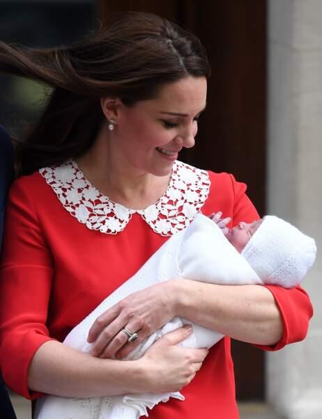 Louis de Cambridge dans les bras de Kate Middleton, devant l'hôpital St Marys après sa naissance, le 23 avril 2018