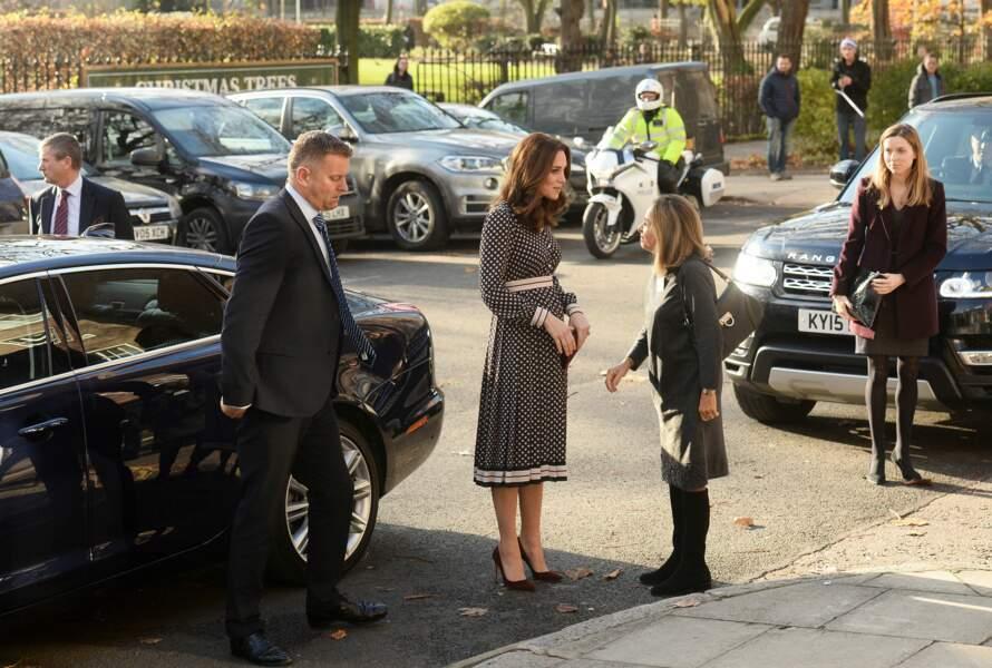 Kate Middleton affiche un ventre rond en robe Kate Spade et pochette Mulberrry