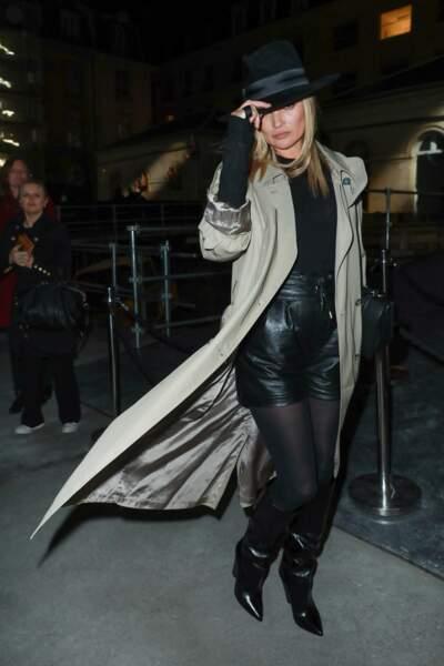 Kate Moss arrive au photocall du défilé Saint Laurent à Paris