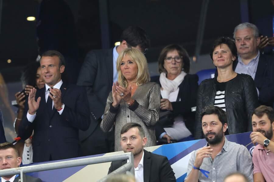 Le gilet de Brigitte Macron, porté en pull, est légèrement relevé aux manches pour laisser voir sa montre double.