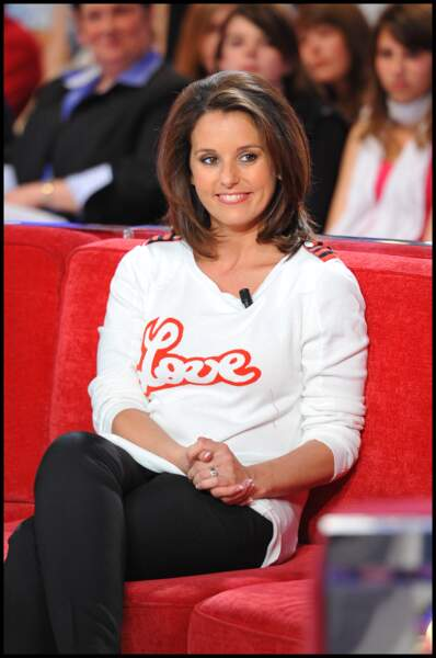 """Faustine Bollaert  assure avec un pull """"Love"""" et un pantalon noir à paris le 28 avril 2010"""
