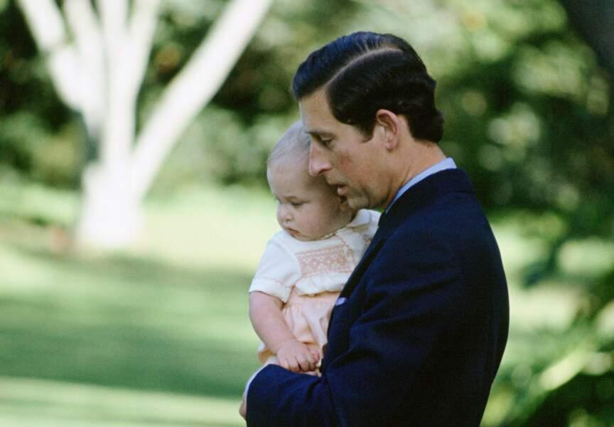 Le prince William dans les bras du Prince Charles... on voit de qui tient Baby George!