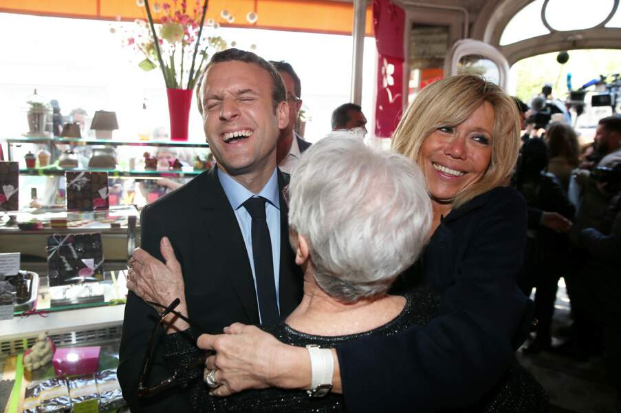 Emmanuel Macron, candidat à la présidentielle, à la rencontre des habitants et des commerçants, le 12 avril 2017.