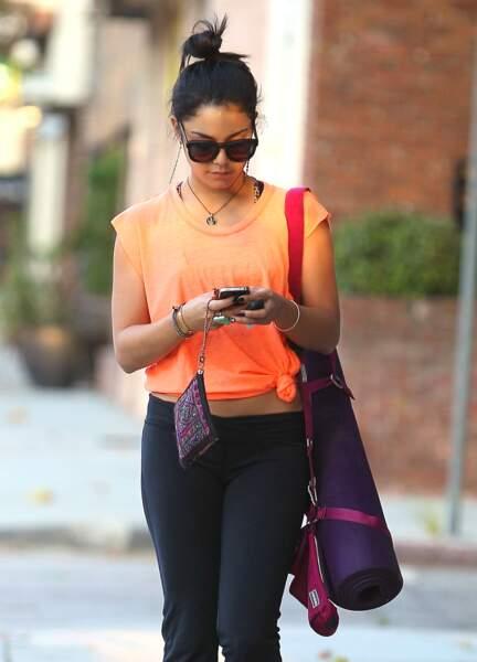 En route pour son cours de yoga, Vanessa Hudgens dégaine son bun.
