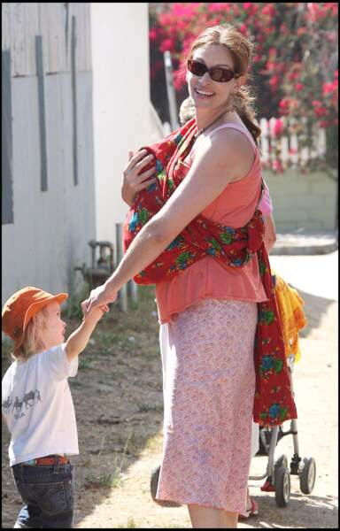 En 2007 dans les rues de Los Angeles, avec ses trois enfants Henry, Hazel et Phinnaeus