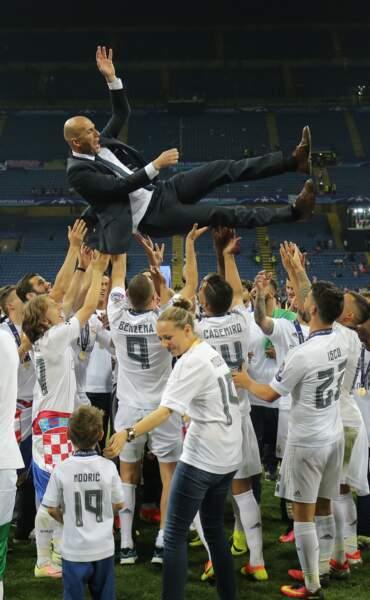 Zinedine Zidane porté par ses joueurs - ABACA