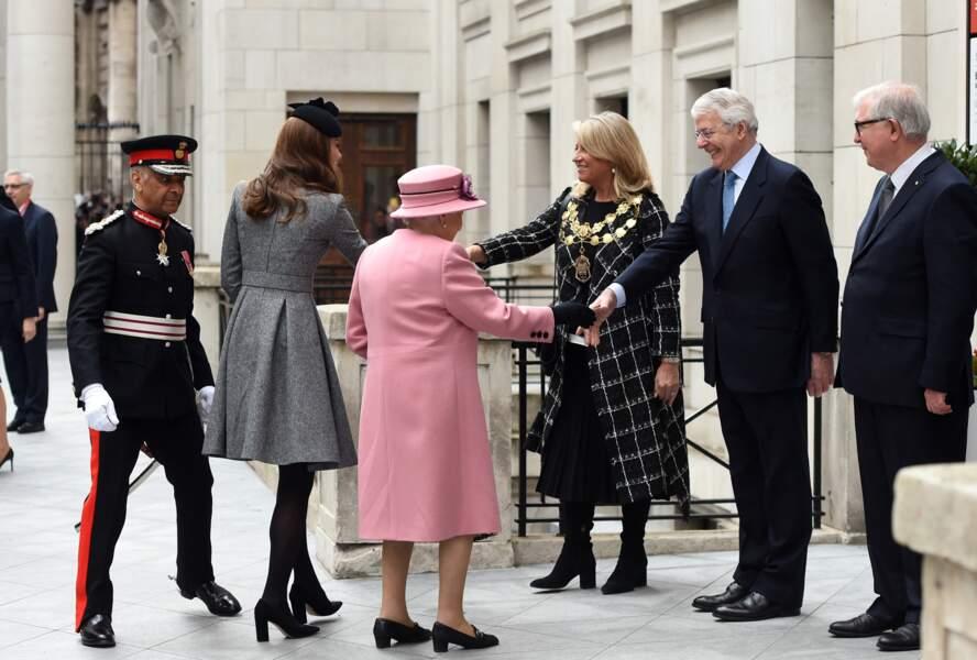 """Kate Middleton en collants noirs avec Elizabeth II inaugurent la ré-ouverture de la """"Bush House"""" à Londres"""