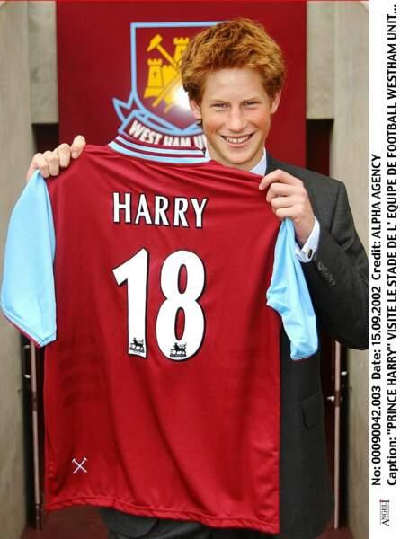 Le prince Harry avec un maillot floqué à son nom, visite l'équipe de foot de Westham à Londres en 2003