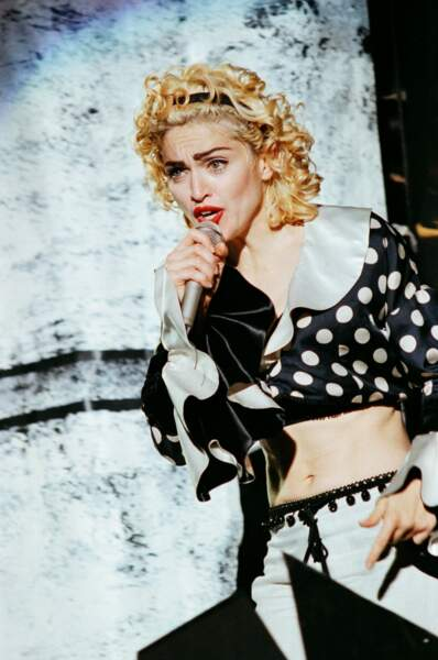 """Chevelure blonde platine et boucles anglaises : le look de Madonna pour sa tournée """"Blonde Ambition"""" en 1990"""