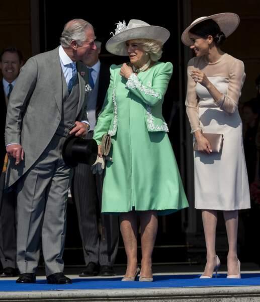 Charles, Camilla et Meghan en pleine conversation pendant la garden party à Buckingham, le 22 mai 2018