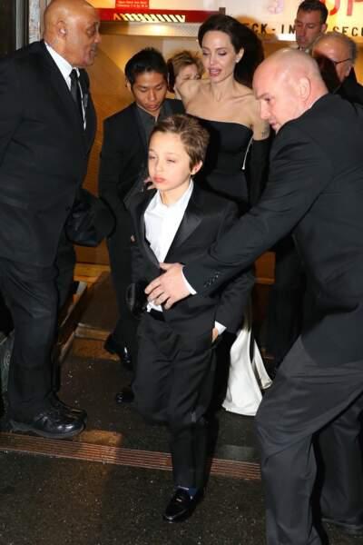 Angelina Jolie escortée de ses proches voit son travail humanitaire à nouveau salué