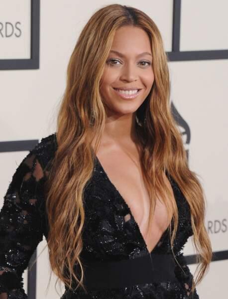 Un décolleté plongeant et des cheveux wavy pour les Grammys
