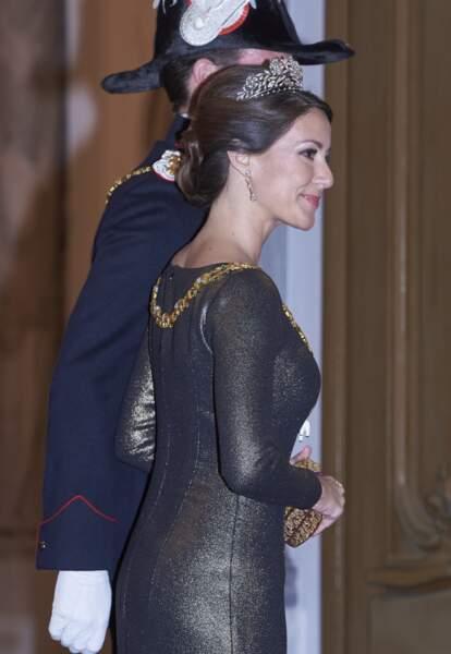 Sa robe dorée moulante n'est pas passée inaperçue